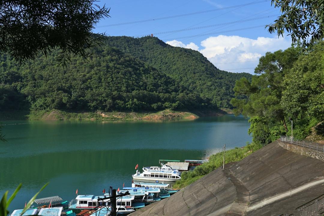 风景区以自然山水为主体,湖水终年清澈碧绿,湖中岛屿星罗棋布,湖岸